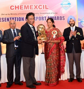 Subhra Jyoti Roy accepts the Trishul award from Minister of State for Commerce and Industry Smt.  Nirmala Sitharaman.